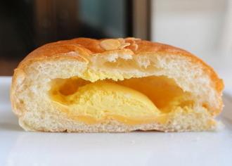 Wマンゴークリームパン