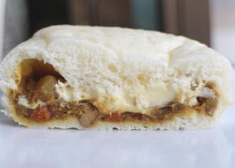 とろ〜りチーズのポークカレーパン