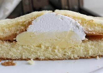 バナナのマウントホイップケーキ
