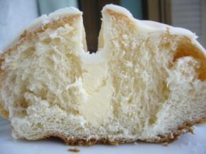 練乳とホワイトチョコのパン